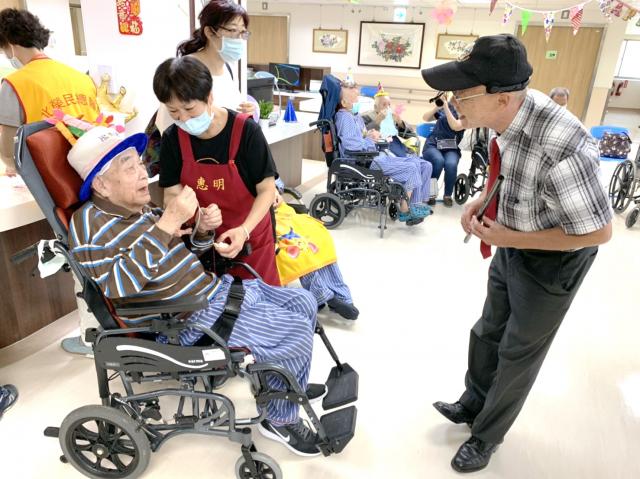 右為街頭藝人殷培生老師帶來橫笛吹奏與長輩們互動。