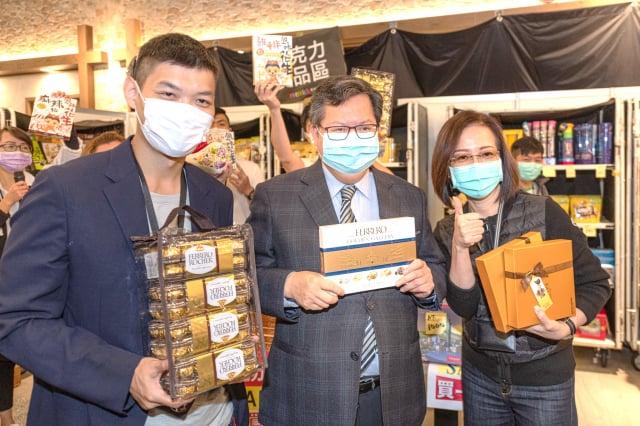 桃園市長鄭文燦4月3日響應活動,現場購買衣服、皮鞋、巧克力、數位相機等商品。(資料照--桃園市府新聞處提供)