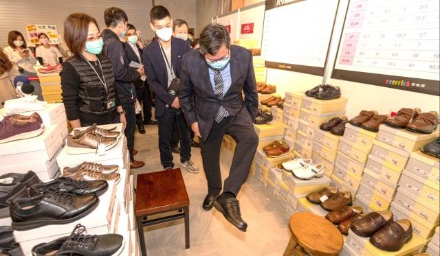 桃園市長鄭文燦於活動現場選購皮鞋。