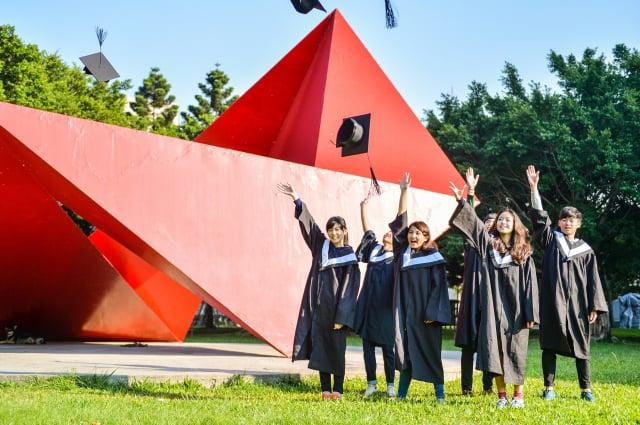元智大學畢業快樂照。