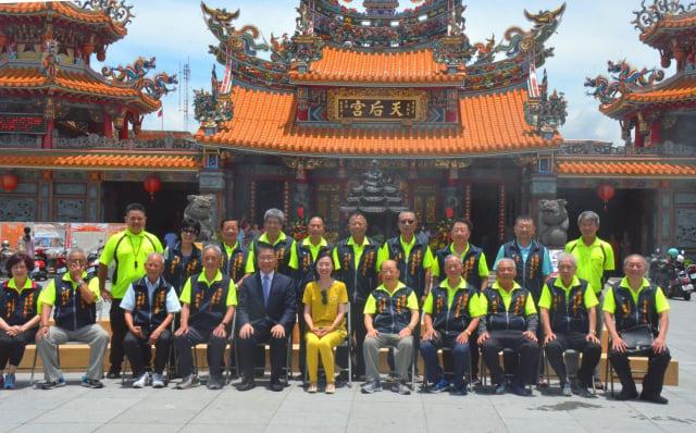 內政部長徐國勇與台東天后宮全體董監事合影。