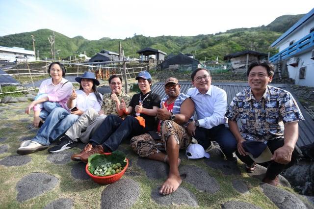 副總統賴清德(中)21日前往蘭嶼,參訪「野銀部落地下屋」。(總統府提供)