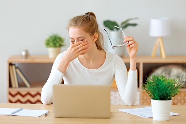 當出現視力模糊或影像扭曲的症狀時,應盡速找尋專科醫師診斷治療保護靈魂之窗。(Shutterstock)