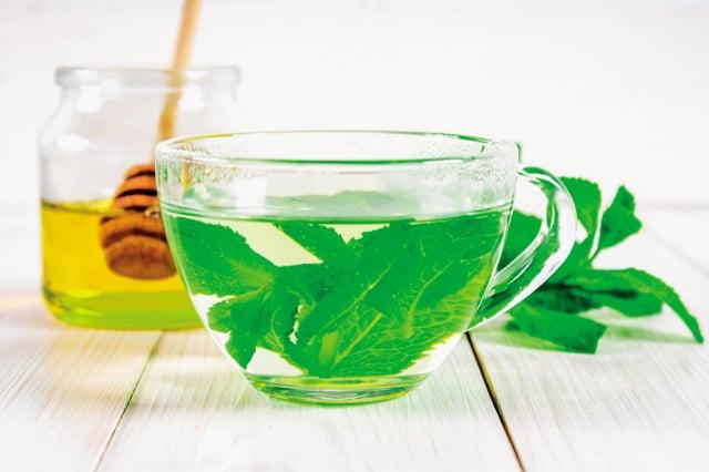 對抗陰暑最好的方式,就是喝消暑又解渴的中藥茶飲。(Shutterstock)