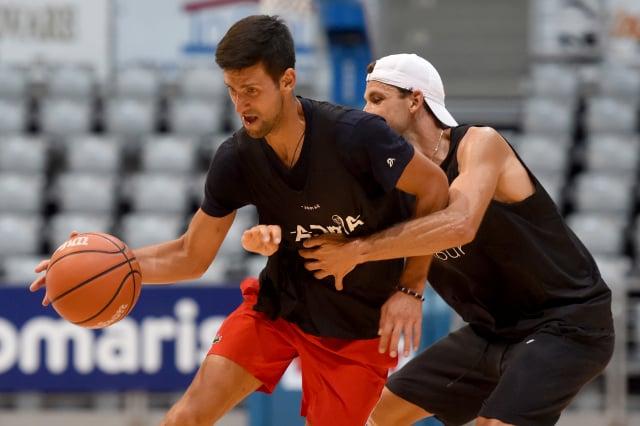 喬科維奇(左)曾與確診案例狄米特羅夫(右)有打籃球等近距離接觸。(Getty Images)