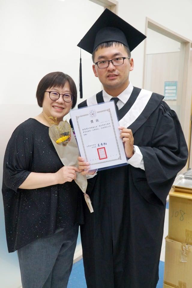 大葉大學護理系畢業生林家瑋(右)感謝從事護理工作的媽媽支持他學護理 。(大葉大學提供)