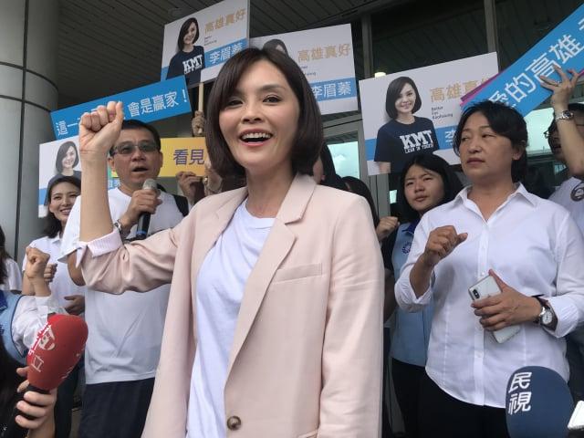 國民黨推出的高雄市長候選人主打女性年輕清新形象。粉紅色外套為參選的藍營高雄市議員李眉蓁。(記者李怡欣/攝影)