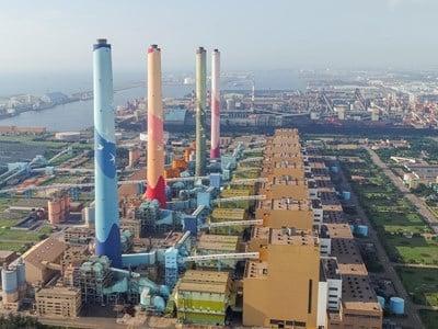 台電中火25日下午4時開始投煤發電,臺中市府26日表示,將依《空污法》裁罰800至2000萬元,並將負責人函送司法機關偵辦。(臺中市政府提供)