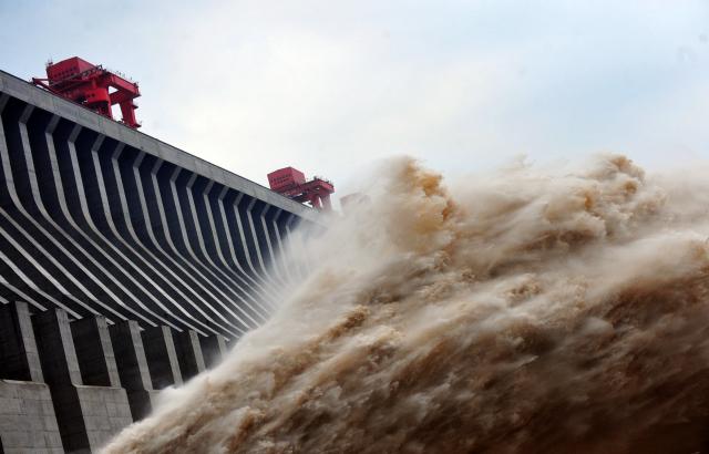 三峽大壩緊急泄洪救大壩,中共官方聲稱是「發電」,大壩下游宜昌市全部被淹。示意圖。(STR / AFP / GettyImages)
