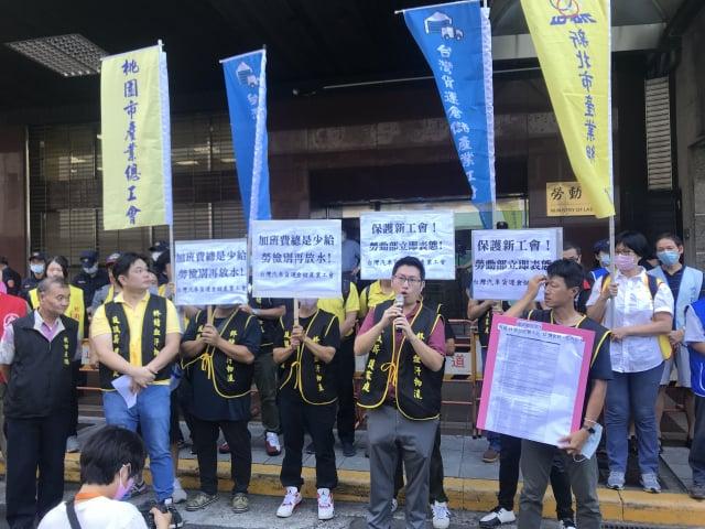 台灣汽車貨運暨倉儲業產業工會29日到勞動部陳情,要求勞動部能表態禁止雇主約談或調查員工是否加入工會。(記者賴玟茹/攝影)