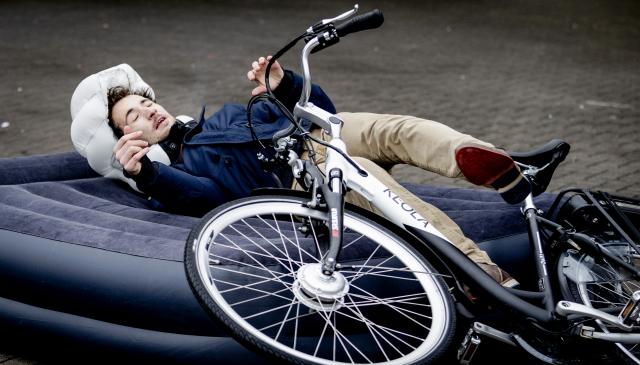 Helite的B'Safe自行車安全氣囊在穿戴背心中使用傳感器,它會通過電腦系統評估發生了什麼情況,以及其嚴重性。如果傳感器認為騎車人要發生事故或跌倒,就會觸發安全背心膨脹。(Getty Images)