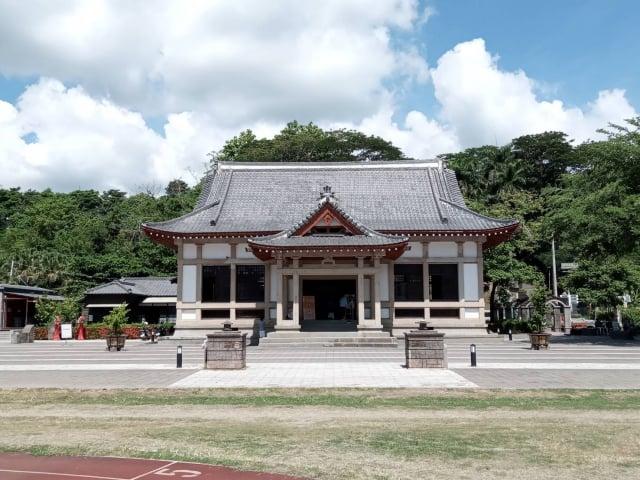 旗山武德殿融合日式風格與中國唐代宮殿寺院形制建築,外觀黑瓦斗拱,不施彩繪,盡顯莊嚴清雅之風格。(柯坤佑提供)