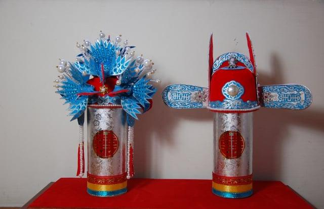 古代嫁娶,男女所戴的鳳冠官帽袖珍版。(柯坤佑提供)