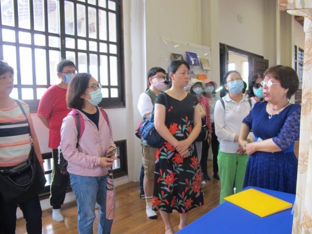 知名漢服設計師王文花(右1)為民眾導覽,解說各朝服飾特色。