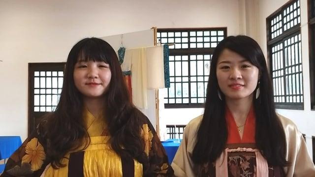來賓體驗穿著漢服。圖右為陳小姐,左為林小姐。(柯坤佑提供)