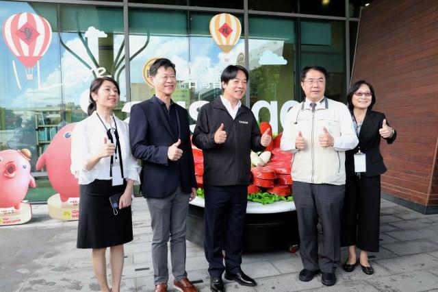 副總統賴清德(中)在臺南市長黃偉哲(右2)陪同下,參訪黑橋牌香腸工廠。(臺南市政府提供)