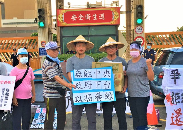 國民黨議員羅廷瑋(中)、黃建豪(右2)28日下午至中火前靜坐。