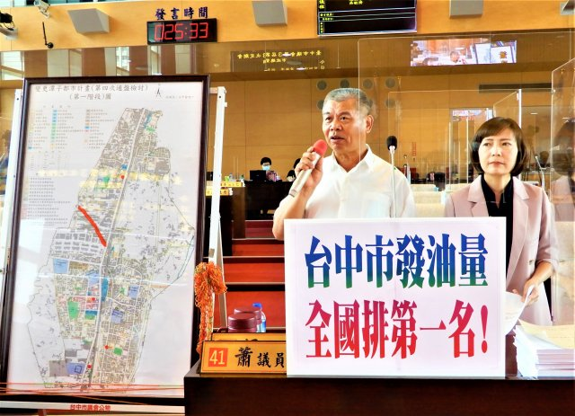 市議員蕭隆澤(中)呼籲市府拿出辦法管制流動污染源,別只針對那五根煙囪。(記者黃玉燕/攝影)