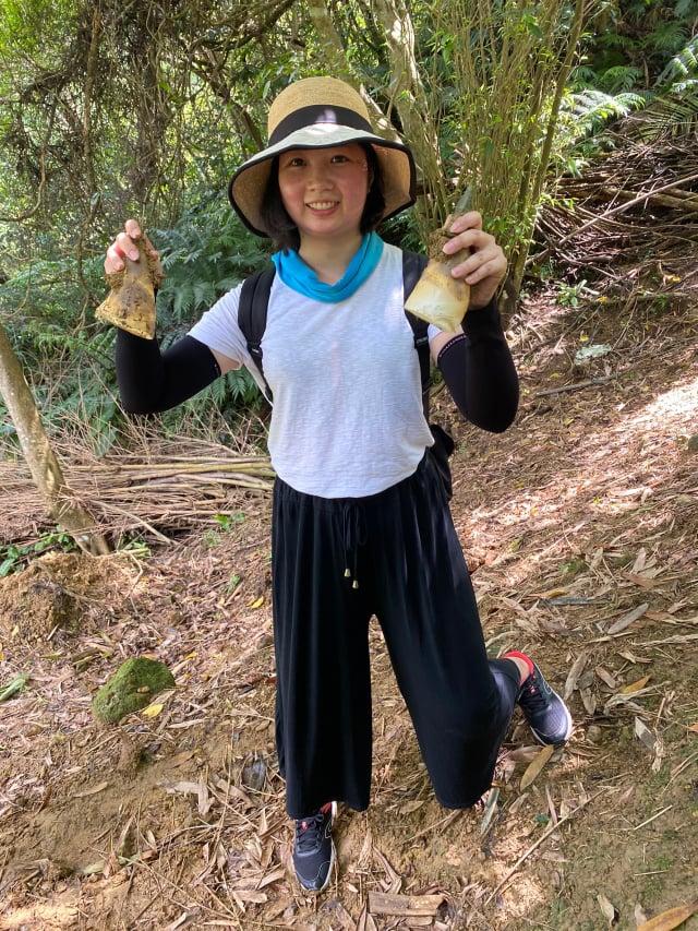 民眾可以親自體驗挖竹筍的辛勞及樂趣。(攝影/記者林紫馨)