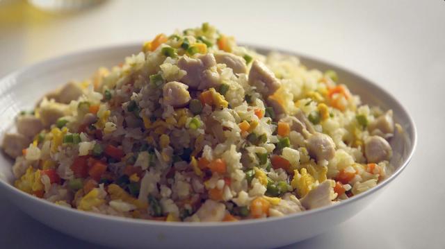 【花椰菜米炒飯】超簡單的做法,零廚藝也能輕鬆駕馭。花椰菜米代替米飯零澱粉,吃再多都沒有罪惡感! (攝影/C2食光)
