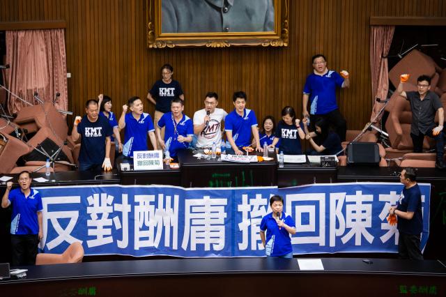 圖為國民黨立委29日占領立法院議場。(記者陳柏州/攝影)