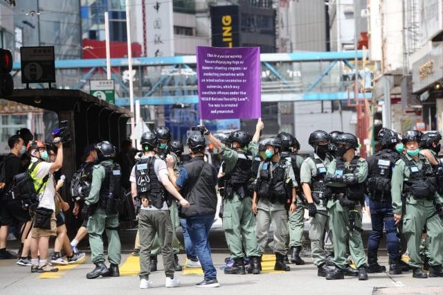 2020年7月1日,香港警方在鵝頸橋附近舉紫旗。(記者宋碧龍/攝影)