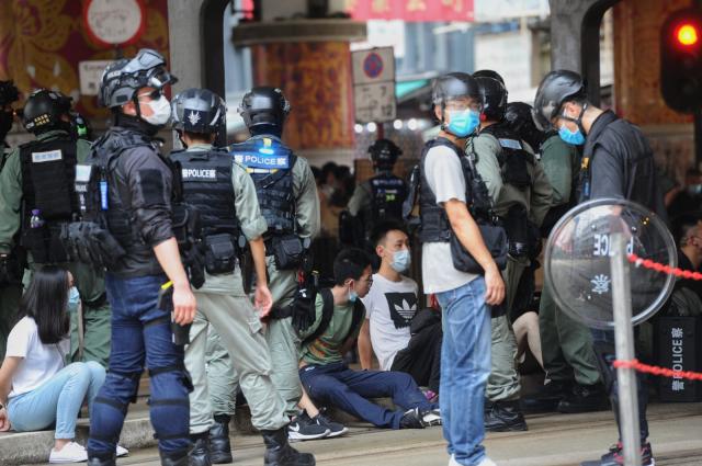 香港7/1大遊行,香港警方在鵝頸橋拘捕大量市民,被捕人士被綁上索帶,坐在地上。(記者宋碧龍/攝影)