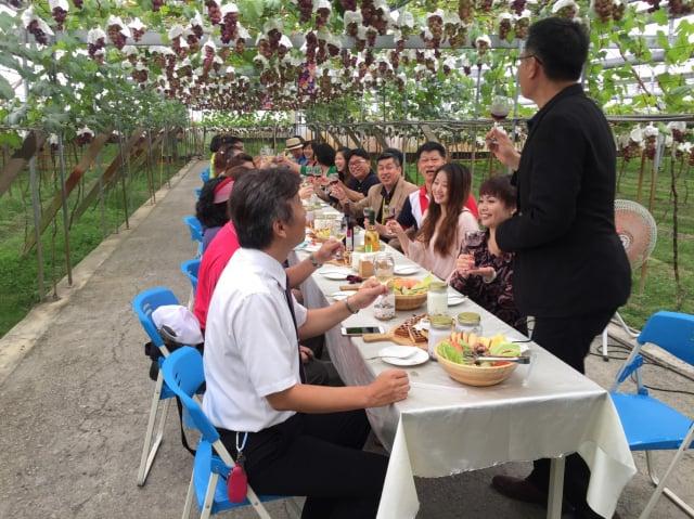 路葡萄隧道果園的葡萄隧道裡,辦理的一場葡萄餐宴。(黃俊仕提供)