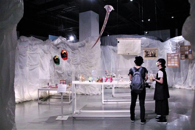 童年區展場,展示古老的非紙之紙以及紙纖製物。