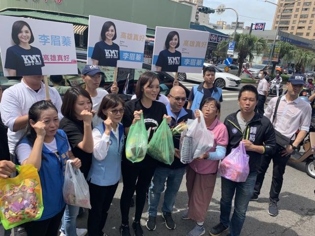 國民黨市長候選人李眉蓁(中)7月2日到前鎮區魚市場等處拜票。(李眉蓁競辦提供)