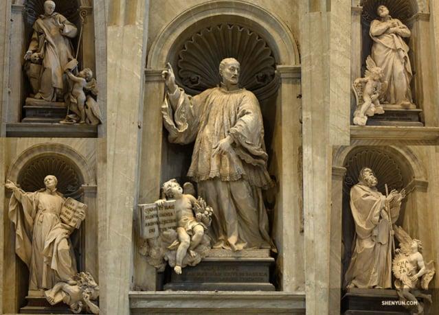 聖彼得大教堂內基督教聖徒的雕像。(維基百科)