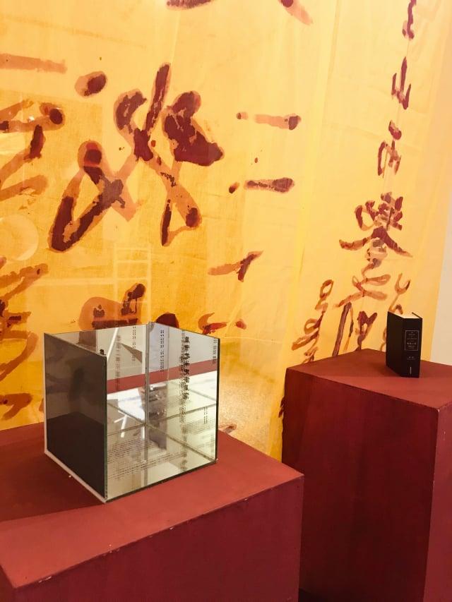 王家妤作品,用大型符咒與裝置討論新聞歷史中的真真假假。(桃園市桃托邦藝文聯盟提供)