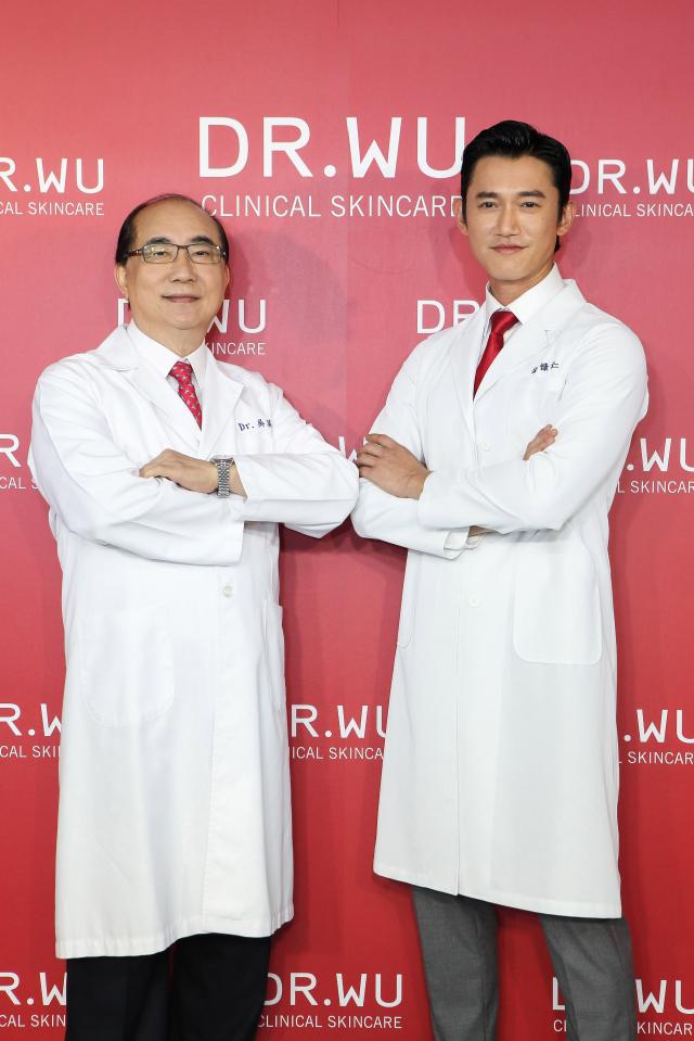 皮膚科醫生吳英俊(左)解說,溫度每升高一度,皮脂分泌量就提高10%。(公關提供)