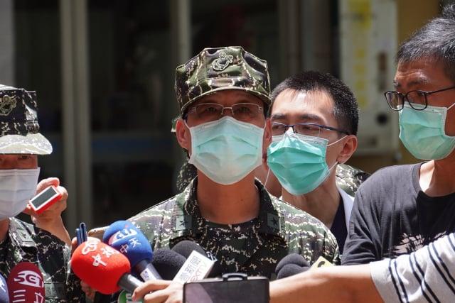 海軍陸戰隊政戰主任林傳盛(前中)3日下午在國軍總醫院左營分院對外界說明。(中央社)
