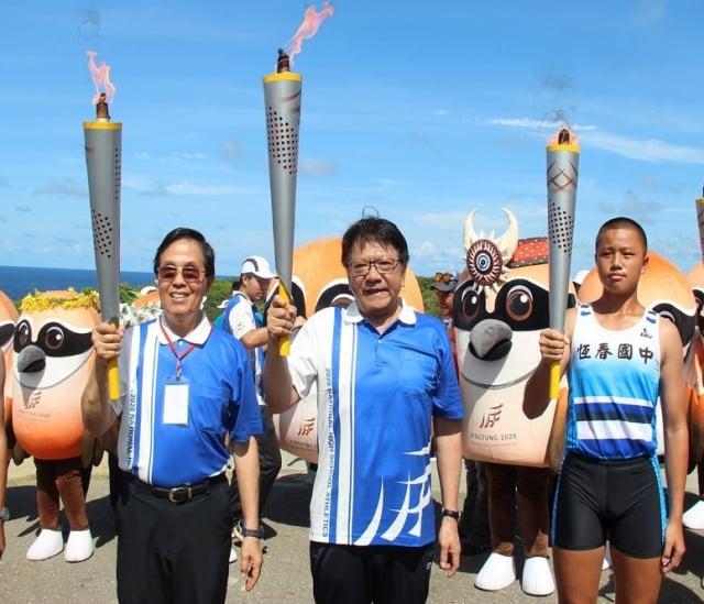 全中運7月18將在屏東登場,屏東縣長潘孟安(中)與教育部體育署副署長王水文(左),共同引燃聖火。
