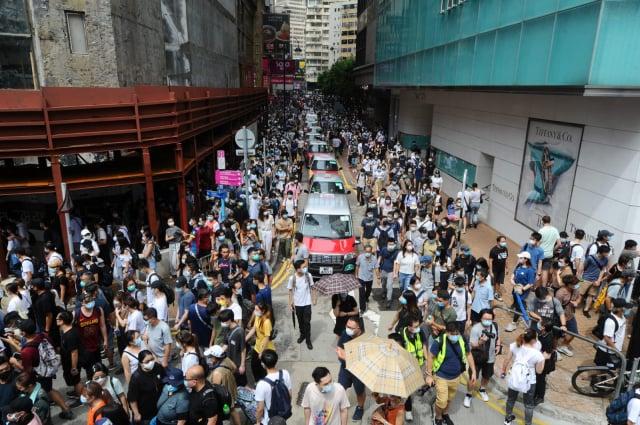 香港群眾七一大遊行,在銅鑼灣時代廣場羅素街。(記者宋碧龍/攝影)