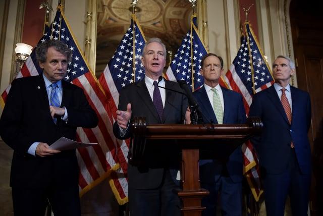 美國聯邦參議員杜美(右2)和民主黨參議員范霍倫(左2)7月2日出席記者會。(AFP via Getty Images)