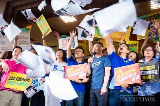 國民黨立委3日在立法院召開記者會,手舉標語、高喊「滅東廠、撤陳菊、廢考監」等口號,並將立法院正門出入口擋住。(記者陳柏州/攝影)