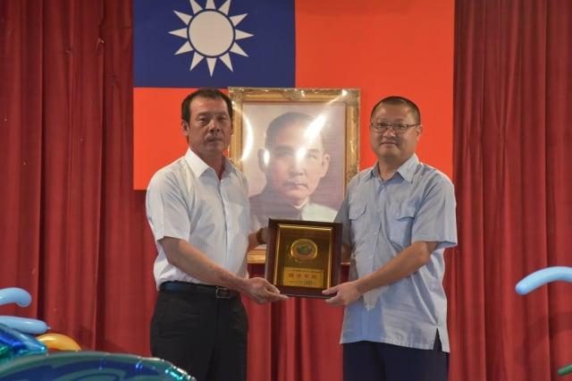 東港區漁會理事長陳瑞龍(左)頒發感謝狀給海巡單位,護漁有功。