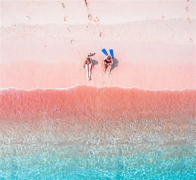 湛藍海水映襯粉紅沙灘,如童話世界。(Shutterstock)