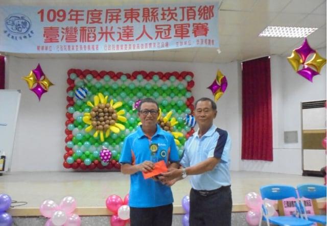 107年曾奪下臺灣稻米達人冠軍賽好米組亞軍的葉慶明(左1),今年地方初賽米質評比獲得第三名。圖右為崁頂鄉農會常務監事曾春福。