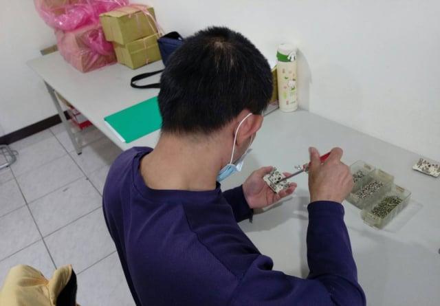 有癲癇發作病史的阿川,經過職場環璄的模擬客製化訓練,逐漸適應職場要求的標準化作業流程。(台中市政府提供)