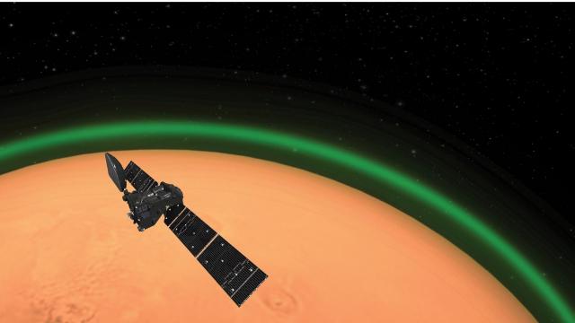科學家第一次在火星上觀察到,二氧化碳被分解釋放氧原子所發出的綠色光線。(歐洲太空局提供)