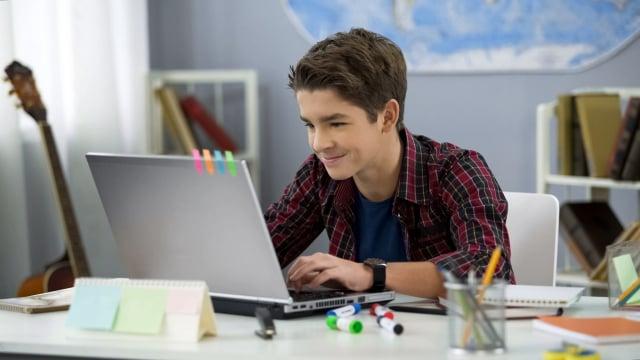 切勿讓孩子與家長同時沉迷於網路世界,在真實與虛幻之間無法分辨而越陷越深。(Shutterstock)