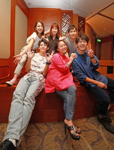 《大債時代》殺青,後排(左起)李霈瑜、小薰、張書豪;前排(左起)林柏宏、潘麗麗、陳昊森。(公視提供)