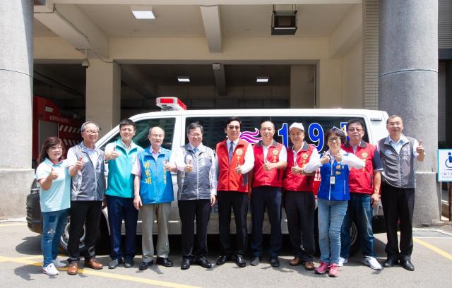 桃園市長鄭文燦與出席捐贈儀式的貴賓們合影。(桃園市府新聞處提供)