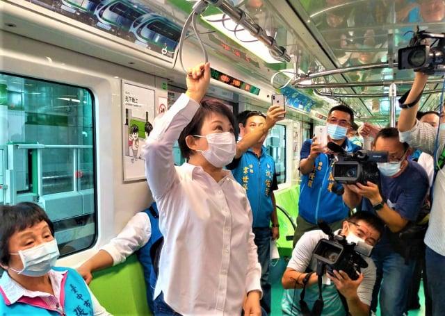 市長盧秀燕說車廂拉環設計靈活安全。(記者黃玉燕/攝影)