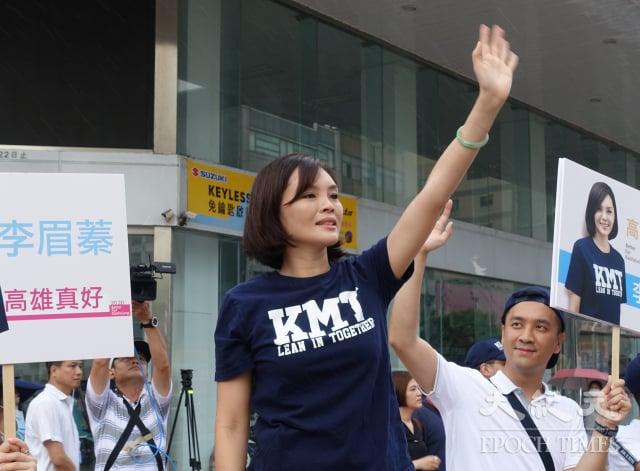 高雄市長補選國民黨候選人李眉蓁在市區重要路口拜票。(記者方金媛/攝影)