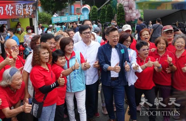 高雄市長補選民進黨候選人陳其邁(中)參觀衛武迷迷村。