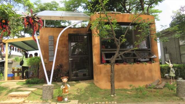 基金會捐贈的「土盒子」是運用回收的貨櫃及舊枕木等,再包覆紅土、粗糠竹管澆灌,屋頂則利用採光散熱窗及屋頂薄層綠化等方式,達到隔絕熱源、自然降溫的效果,在大熱天裡沒有冷氣,進到「土盒子」完全不悶熱。